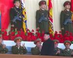 事実上のミサイル発射を指示した金正恩氏(中央)。背後には、権力闘争と、犯罪集団がかかわっていた(AP)