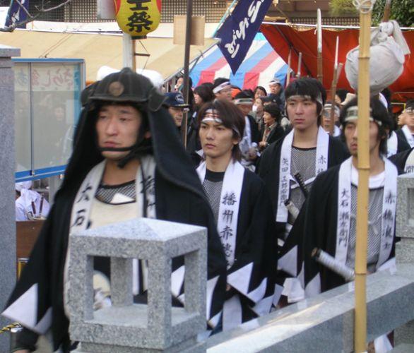 赤穂浪士が葬られた泉岳寺では、現在も毎年討ち入りの日に義士祭を催している