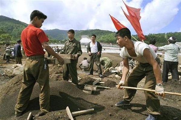 毎日賃金 US $ 1 ドルの安価な労働者が たくさんいるだから, 心配無用,  このプロジェクトきっと間に合う !