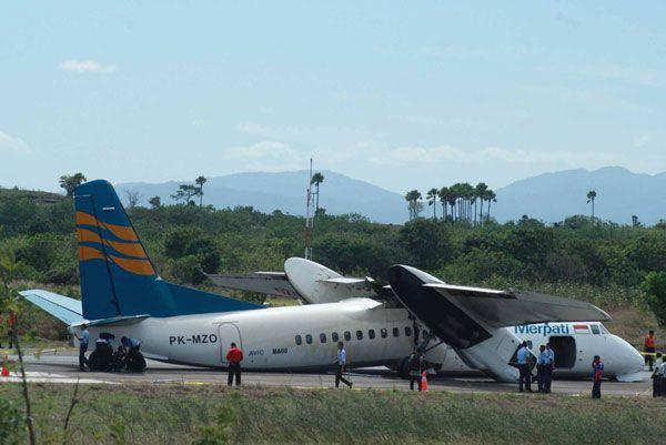 中国製小型航空機, 時折着陸時飛行機の胴体はふたつに分割.....オホホ ! (^_-) !