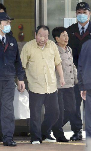 釈放され姉の秀子さん(右から2人目)とともに東京拘置所を出る袴田巌元被告(27日午後5時20分、東京都葛飾区で)=関口寛人撮影