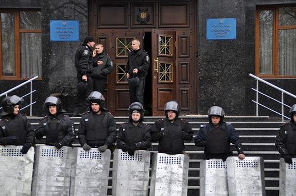 親露派に襲撃された検察庁舎を警備する治安部隊。12日早朝、約40人がなだれ込み、内部のドアや家具が破壊された=ウクライナ東部ドネツクで2014年4月12