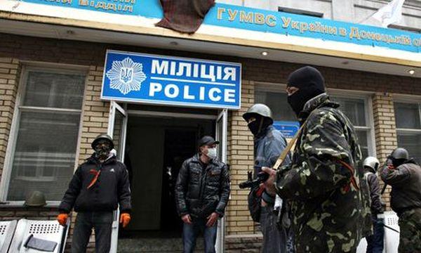 武装した迷彩服姿の男たちが警察庁舎を襲撃し, 占拠した