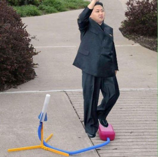 北朝鮮の小量破壊兵器 彼の足はいつもミサイルの開始ボタン上にあり..... いつでも発射することができます !  だから中国兵士が彼に会うとき, 予防策として...ちょうど彼の両足を切り落とす.... 可能ならば彼の両手をも切り落とす...