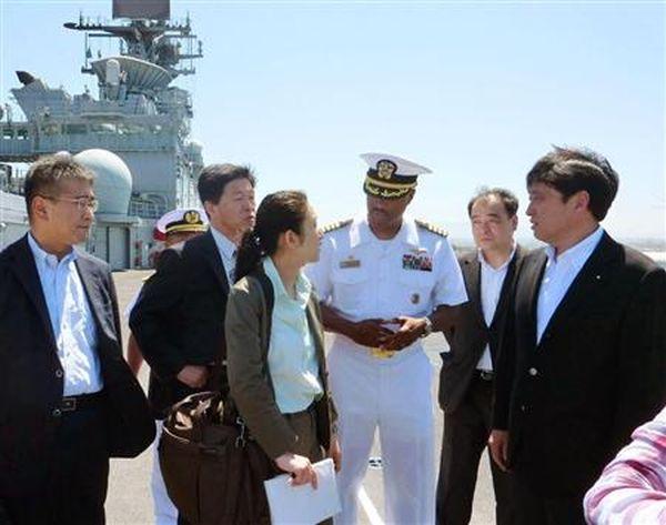 米海軍の強襲揚陸艦「マキン・アイランド」を艦上で視察する小野寺防衛相(右端)=7日、サンディエゴの海軍施設(共同)