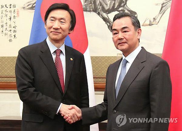 イエスマン尹炳世(左)と中国の王毅外相が会談する前、握手を交わしている