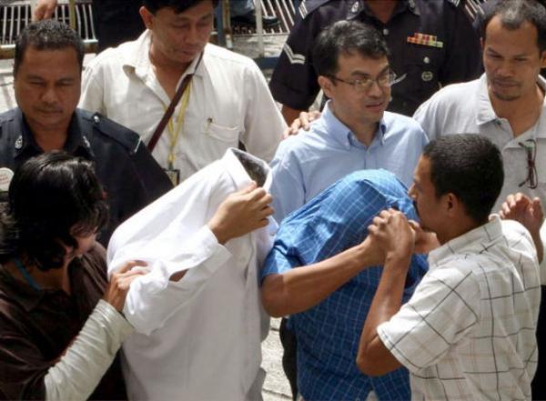 被告人3人, 青いシャツを着て眼鏡をかけたのはナジブ首相の政治秘書, 証拠不十分,  ! 無罪判決 ! えっ !!! 馬鹿野郎 ! これはマレーシアの司法制度 !!!