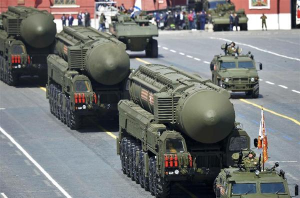 9日、モスクワでの対ドイツ戦勝70周年記念式典に登場したロシアの新型大陸間弾道ミサイル(ICBM)ヤルス(ロイター)