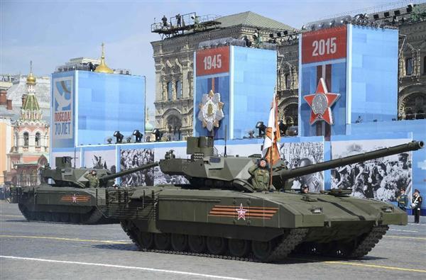 9日、モスクワの「赤の広場」で行われた対ドイツ戦勝70周年記念式典で、軍事パレードに参加するロシアの最新鋭戦車T14アルマータ(ロイター=共同)