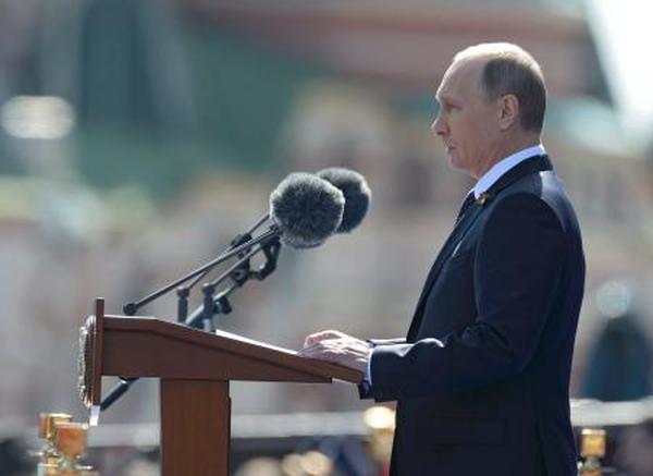 ロ大統領「日本軍国主義」に言及 歴史認識で中国と同調...9日、モスクワで開かれた対ドイツ戦勝70周年の記念式典で演説するロシアのプーチン大統領