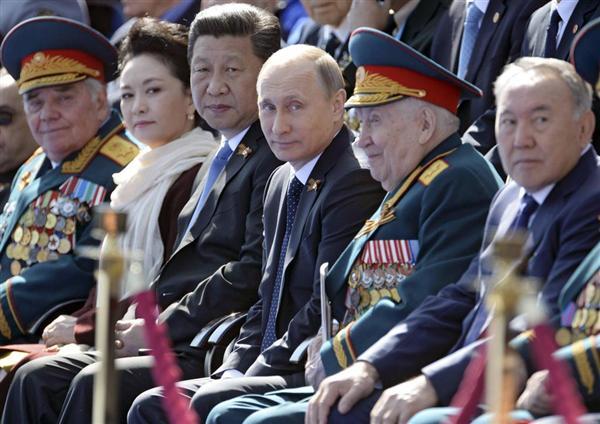 スカンクと狐 !!! 軍事パレードを見守る「赤の広場」の壇上で、プーチン露大統領の脇を固めていたのは中国の習近平国家主席だった。