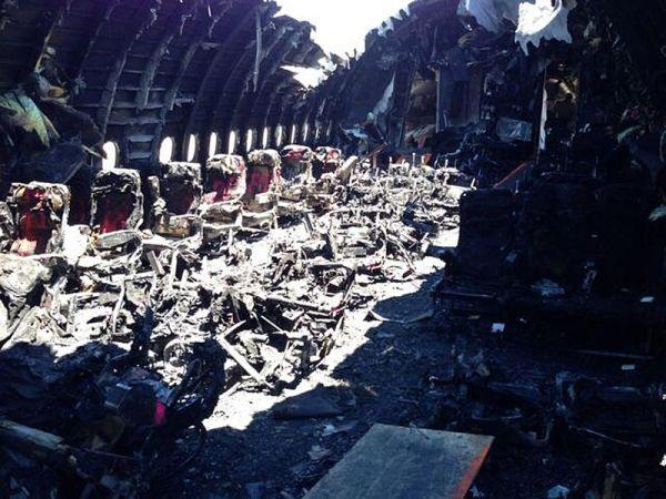 214便....事故による火災で焼け焦げたミドルキャビン