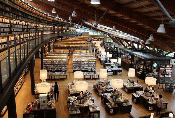 いまや観光名所ににもなったの武雄市図書館。明るくおしゃれな中に知的な雰囲気が漂う