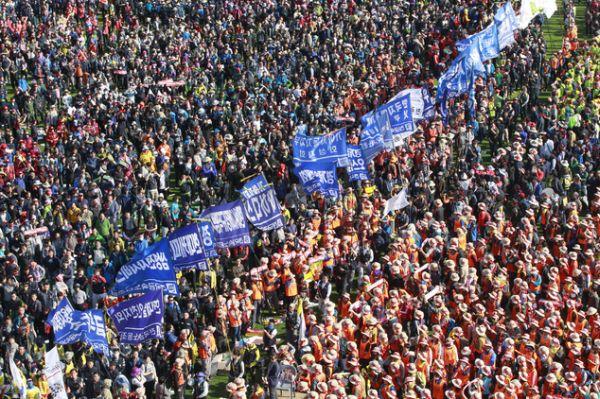 大規模な反政府デモ