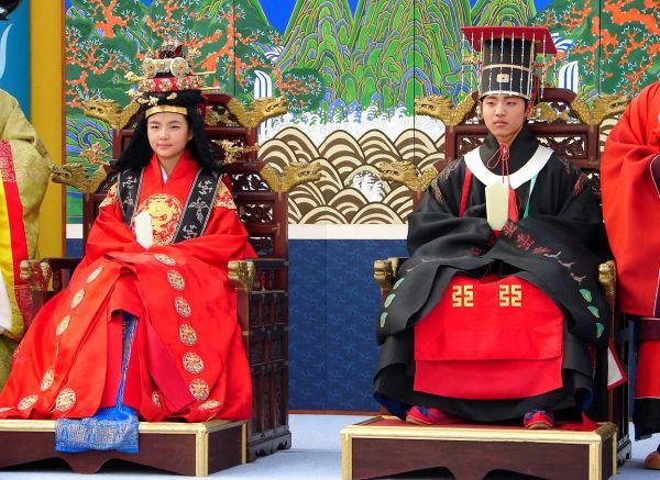 韓国の伝統的な結婚式, 多くの韓国若者にとって, これがただの夢であり 庶民の子は毎日遅くまで働いても給料が上がらず、結婚すらできない…。