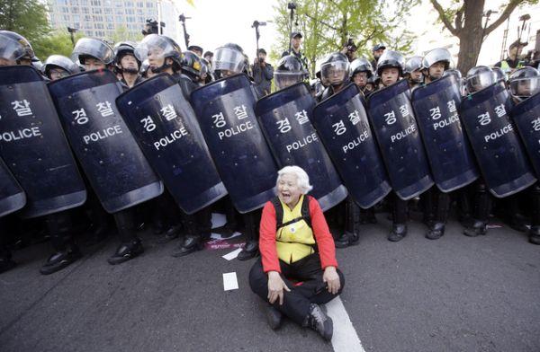 「政府軍」の反暴動部隊も起動庶民たちへ厳しなの弾圧 朴槿恵の「朴正熙時代に戻ろ」新しいの政策