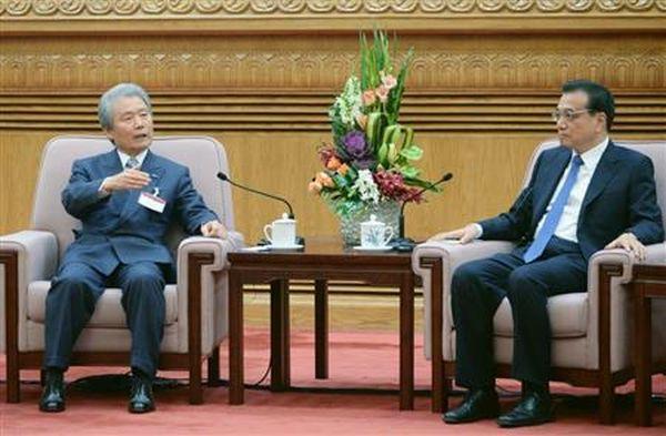 6年ぶり.....中国の李克強首相(右)と会談する経団連の榊原定征会長=4日、北京の人民大会堂(共同)
