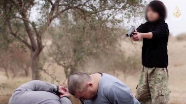 ISISが子供を使って, 二人の「ロシア人スパイ」を処刑した