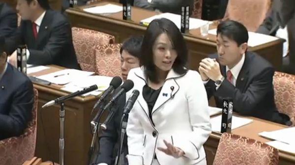 """国連の見解は著しく公平性を欠いている….国連はここまで日本に厳しいのか !日本の左翼が国連という権威をバックにした反日活動強化中 何だか最近、国連がいやに日本に厳しい。たとえば昨年10月、ユネスコの世界記憶遺産に中国の申請によって、いわゆる「南京大虐殺」が登録された。そこでどれくらいの人が死んだのかといった議論は未決着のまま、「世界の重要な記憶遺産の保護と振興を目的に」(文部科学省ホームページより)運営されている世界記憶遺産が""""お墨付き""""を与えたのだ。 同じく昨年10月、国連の「児童売買、児童買春及び児童ポルノ」特別報告者のマオド・ド・ブーア=ブキッキオ氏が来日。記者会見で「日本の女子学生の30%は援助交際を経験している」と発言し、物議をかもした(後に「13%」と訂正)。 極めつけは今年3月、国連女子差別撤廃委員会が、皇位継承権を男系男子に限定する日本の皇室典範について「男女差別である」とする勧告書を出そうとした問題だろう(これは日本の国会でも「おかしい」といった声があがり、同委員会の最終見解には盛り込まれなかった)。ほかにも同委員会は、いわゆる「従軍慰安婦」問題で元慰安婦への金銭賠償や公式謝罪などの「完全かつ効果的な賠償」を行うことも要求している。これら国連の見解は著しく公平性を欠いているようにしか見えない. しかしなぜ、国連はここまで日本に厳しいのか。 「南京や慰安婦の問題がここまで大きくなったのと、構造はほとんど同じです。日本の左派的な活動家が足しげく国連諸機関に通い、そこで日本のネガティブなイメージを拡散している事実があるのです」 そう語るのは、前衆議院議員の杉田水脈氏である。国連では加盟各国のNGOなどを集めたセッションを定期的に開催。そこから世界の""""市民の声""""を吸い上げる形で、さまざまな報告書を作成している。以前から、国連の""""反日的""""な姿勢に疑問を感じていた杉田氏は、昨年7月と今年2月にスイスのジュネーブで行われた国連女子差別撤廃委員会のセッションに参加。 しかしそこで杉田氏が見たものとは、日本から遠く離れたジュネーブの地に詰めかける、大勢の日本人の姿だった。 「100人はいたでしょうか。そしてその日本人たちのほとんどは、左派系の市民団体のメンバーでした。セッションでは参加者によるスピーチも許されたのですが、彼らは口々に『旧日本軍に強制連行された性奴隷の従軍慰安婦』といった話をする。 私が登壇して『慰安婦の強制連行はありません』と話したら、国連のスタッフの方々が『初めて聞く話だが、本当なのか』と驚いていたのがとても印象的でした」(杉田氏)  つまりこれまで、国連とはこうした""""意図ある日本人の巣""""のようになっていて、そこで日本に対する一方的な悪印象が広められ続けていたのだ。ただ杉田氏は自らが参加した女子差別撤廃委員会の場で、皇室典範に関する議論は一度も耳にしなかったという。 「おそらくそれは非公開協議の場で話し合われたことだと思うんです。そこには国連の認定NGOとして一定期間の活動実績があり、特別な認証を受けた団体の関係者しか加わることができません。日本の保守派はほぼこの認証を持っていません」(同前) もちろん、国連に伝えられる情報が客観的なデータに裏付けされたものであれば、話は別だ。しかし、前述の「女子学生の30%が援交経験者」のような歪んだ数字が伝達されているとしたら、見過ごすことはできない。この問題の構造を指摘するのが、国連の問題に詳しい外交問題アナリストの藤木俊一氏だ。 「そもそも国連は第2次世界大戦の""""連合国""""。旧敵国・日本への批判は通りやすい組織風土があります。そこに日本の左派団体が行って反日的なスピーチなどをすれば非常に歓迎されて、それに基づいた勧告などがつくられてしまう流れがある。日本の左翼はそれを利用し、いま国連という権威をバックにした反日活動を強化させているのです。 ただ問題は、日本の保守派は今まで国連をあまりに軽視していて、認定NGOを育てる努力もしないなど、欠席裁判状態を放置してきたこと。この現状は左派、保守の双方に責任がある」 慰安婦問題を例にとると、朝日新聞の「吉田証言」取り消し以降、国内の左派団体の主張は軒並み力を失った。その挽回のため、劣勢の国内を避け、保守言論の力が及ばない国連の場が選ばれているということなのか。 ちなみに杉田氏がジュネーブで見た左派系団体で「目立つ存在だった」という国連認定NGO「新日本婦人の会」に取材を申し込むと、「貴誌の取材は受けられない」との答え。同じく国連認定NGO「ヒューマンライツ・ナウ」事務局長で「女子学生の30%は援助交際経験者」発言の国連ブキッキオ氏と事前接触をしていたと一部報道があった弁護士の伊藤和子氏にも取材を申し込んだが、締め切りまでに回答はな"""