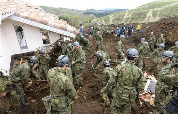 熊本地震で発生した土砂崩れ現場で、懸命に行方不明者を捜索するの ♥♥♥ 自衛隊員 ♥♥♥=4月18日午前、熊本県南阿蘇村
