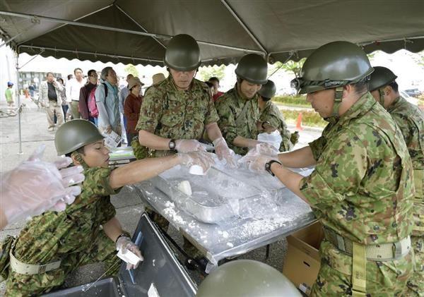 熊本地震の避難所で被災者に配給するおにぎりを作るの ♥♥♥ 自衛隊員 ♥♥♥=4月17日午前、熊本県益城町