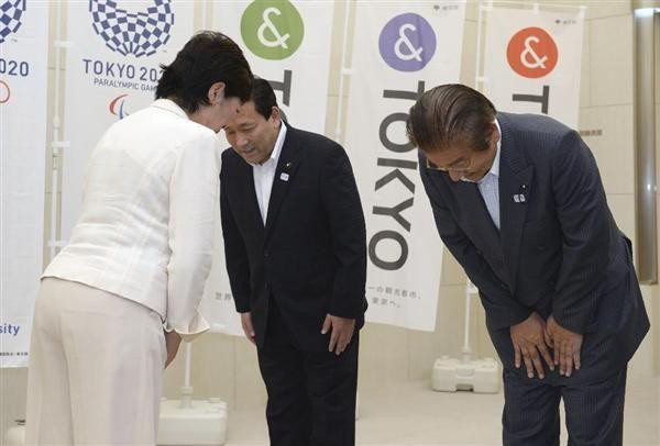 東京都庁に初登庁し、都議会の川井重勇議長(右)にあいさつする小池百合子知事(左)=2日午前