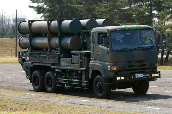 日本の88式地対艦誘導弾, 略称はSSM-1で、広報を対象とした対外愛称はシーバスター。部隊内での通称は「SSM」. 74式特大型トラックに搭載された発射筒