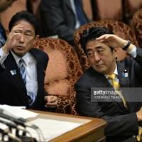 安倍首相と岸田文雄外相