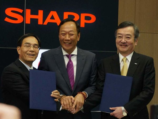 鴻海精密工業の載正呉副総裁、鴻海精密工業 郭台銘会長、シャープ高橋社長 シャープは昨年、台湾企業・鴻海グループに買収された