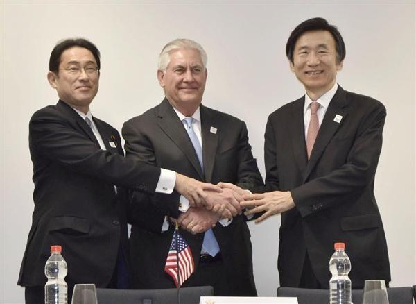 日米韓外相会談, 会談を前に握手する(左から)岸田外相、ティラーソン米国務長官、韓国の尹炳世外相=16日、ドイツ・ボン(代表撮影・共同)