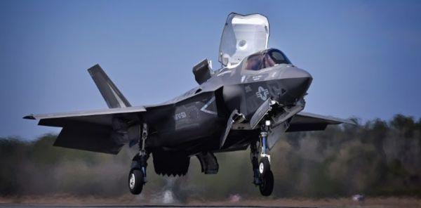 日本配備の F-35 B ステルス戦闘機