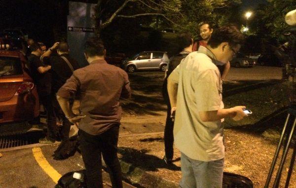 死体安置所外に囲まれたのマレーシア記者ら