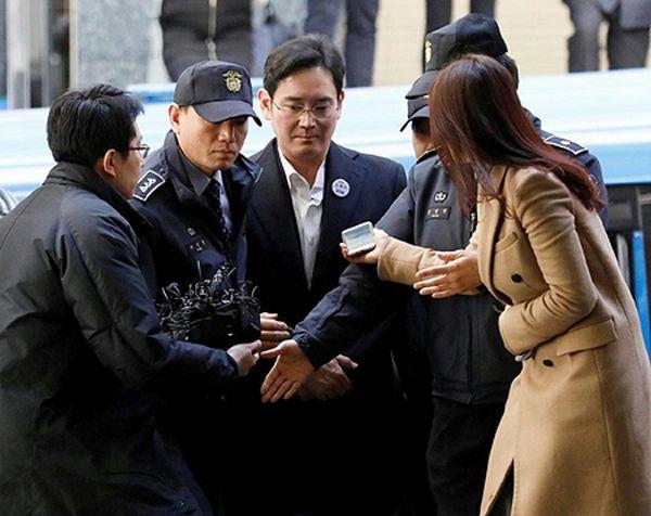 サムスン電子副会長、李容疑者は、ソウルの特別検察官事務所に連行された=18日(ロイター)