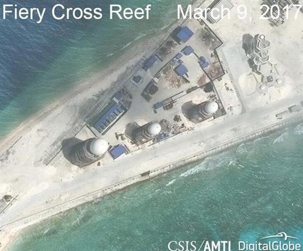 """軍事施設""""ほぼ完成"""" 今月9日に撮影されたスプラトリー諸島の人工島、ファイアリークロス礁の衛星写真(CSISアジア海洋透明性イニシアチブ・デジタルグローブ提供・ロイター)"""