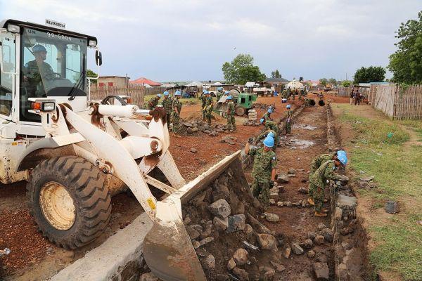 コミュニティ道路を整備する陸上自衛隊(2013年4月、ジュバ市ナバリ地区)