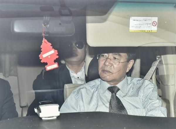 北朝鮮大使館職員のキム・ユソン氏(前方)と、金正男氏殺害事件への関与が疑われているキム・ウクイル容疑者(後方)=30日、クアラルンプールの北朝鮮大使館前(ゲッティ=共同)