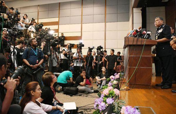 マレーシア側 :『てめえっ ! しょうがないかなぁ ! 彼らは人質としてマレーシアの人民を拘束した....』