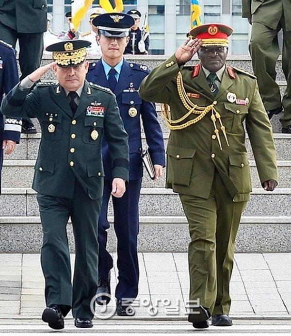 韓国軍の李淳鎮(イ・スンジン)合同参謀本部議長(左)