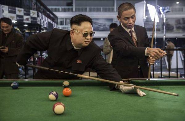 """大使に国外追放通告も…北朝鮮側""""余裕""""か. 大使館の中では関係者がビリヤードに興じる姿も確認できた"""