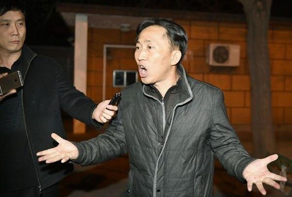 ペラペラ ! ペラペラ ! 釈放されたのリ・ジョンチョル氏は経由地の北京で :『 マレーシアの警察はうそとねつ造の証拠を持ち出して私を殺人犯にしようとした !』