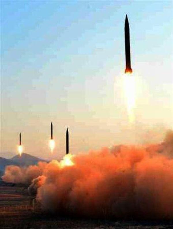 北朝鮮の労働新聞が7日掲載した、4発の弾道ミサイル発射時の写真(共同)