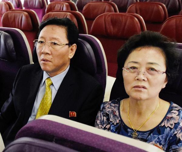 北京行きの航空機内で出発を待つ北朝鮮の姜哲駐マレーシア大使(左)=6日、クアラルンプール国際空港(共同)