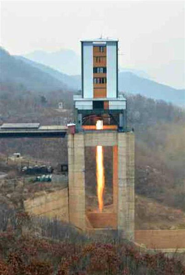 北朝鮮の労働新聞が19日掲載した、東倉里の「西海衛星発射場」で行われた高出力ロケットエンジンの地上燃焼実験の写真(共同)
