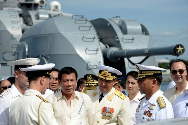 将軍たち :『殿っ ! どうするっ ! 』 フィリピンのドゥテルテ大統領 :『 しょうがないかなぁ ! 彼らと戦うことは自己破壊です!』