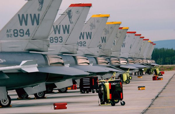 三沢の F-16 戦闘機 三沢飛行場は、青森県三沢市にある飛行場。航空自衛隊とアメリカ空軍が使用し、同時に民間空港でもある飛行場である