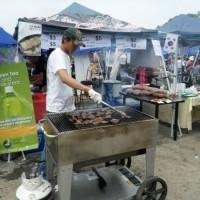 韓国「事務的ミス」のせい, 夕食会に招待しなかった. 一国の首相安倍様も ソウル 道路側の焼き肉屋台で夕食を済ませた