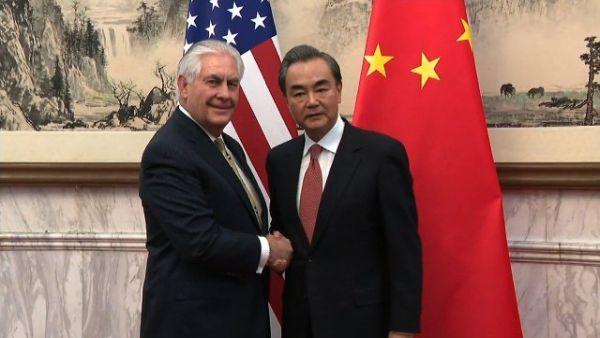 東アジア歴訪中のティラーソン米国務長官(左)は中国で王毅外相と会談した