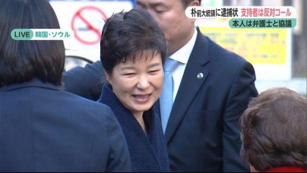 韓国・朴前大統領に逮捕状 自宅前は ? (2017/03/27 18:28 ) 世論調査では国民の80%以上が「逮捕すべき」と答えた, Oops !