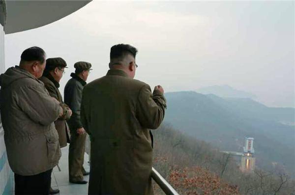 北朝鮮の労働新聞が19日掲載した、東倉里の「西海衛星発射場」で行われた高出力ロケットエンジンの地上燃焼実験に立ち会う金正恩朝鮮労働党委員長(右端)の写真(共同)