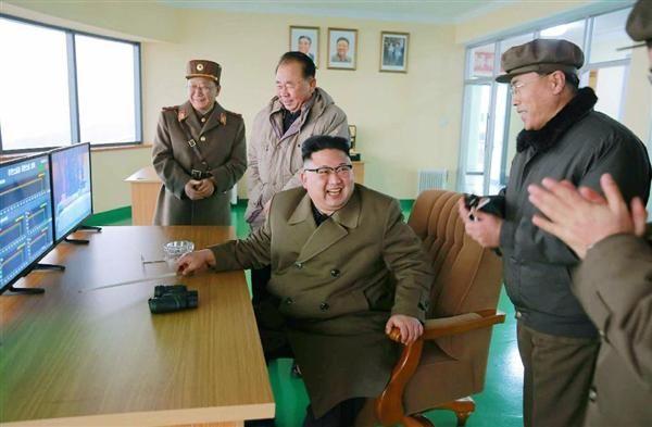 北朝鮮の労働新聞が19日掲載した、東倉里の「西海衛星発射場」で行われた高出力ロケットエンジンの地上燃焼実験に立ち会う金正恩朝鮮労働党委員長(中央)の写真(共同)
